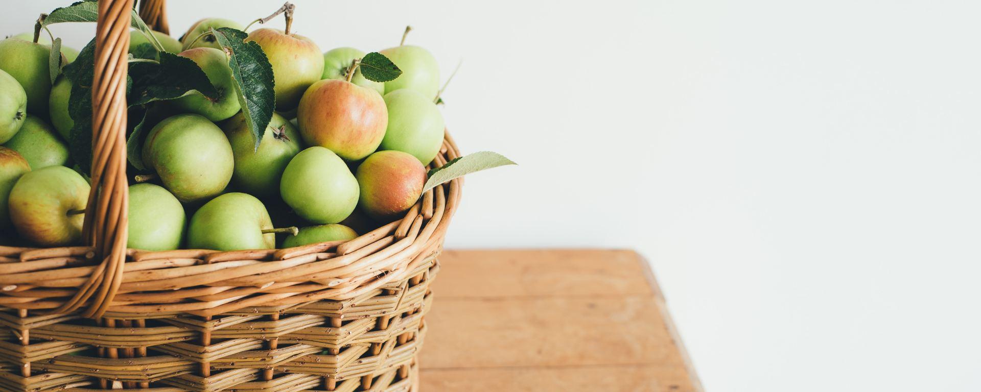 Pommes du jardin dans un panier